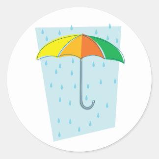 Abril riega el paraguas pegatina redonda