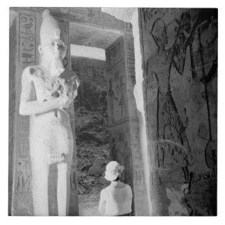 Abu Simbel Egipto, turista dentro del templo (NR) Azulejo Cuadrado Grande