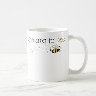 Abuela a la taza de café de la abeja