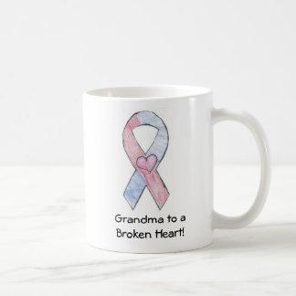 Abuela a una taza del corazón quebrado