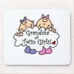 Abuela de chicas gemelos alfombrillas de ratón