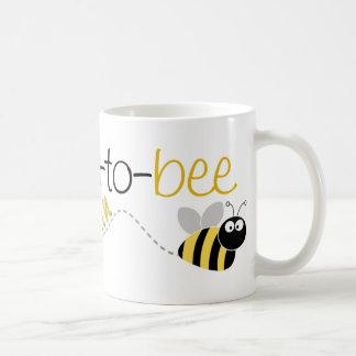 Abuela de la abeja a la camiseta otra vez taza