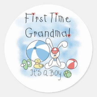 Abuela de la primera vez de las camisetas y de los pegatina redonda