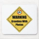 Abuela divertida con las fotos alfombrilla de ratones