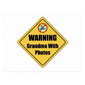 Abuela divertida con las fotos tarjeta postal