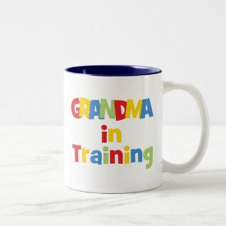 Abuela divertida en el entrenamiento taza