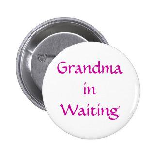 Abuela en botón que espera
