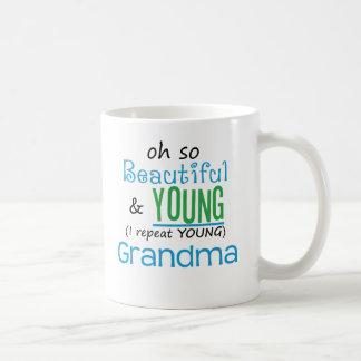 Abuela hermosa y joven taza básica blanca