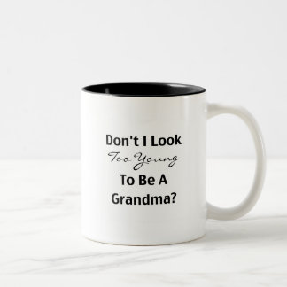 Abuela joven (personalizable) taza de café de dos colores