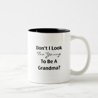 Abuela joven (personalizable) taza de dos tonos