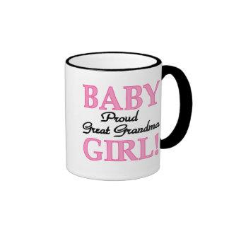 Abuela orgullosa de la niña gran taza