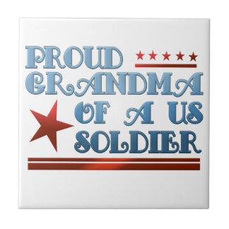 Abuela orgullosa de un soldado de los E.E.U.U. Azulejo Cuadrado Pequeño