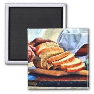 Abuela que corta el pan imán para frigorífico