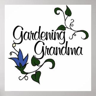 Abuela que cultiva un huerto póster
