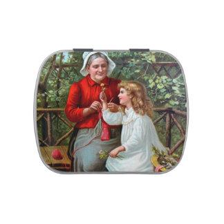 Abuela y nieta del vintage en banco latas de dulces