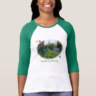 Abuelita-flores que cultivan un huerto+mariposas playera