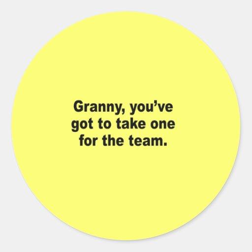 Abuelita usted tiene que tomar uno para el equipo pegatina redonda