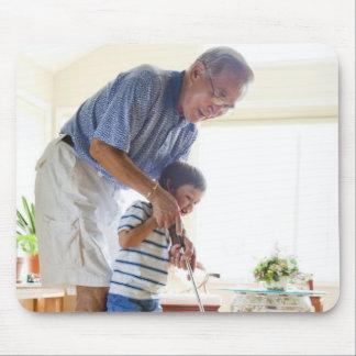 Abuelo asiático que enseña a su Mitad-Asiático Tapete De Raton