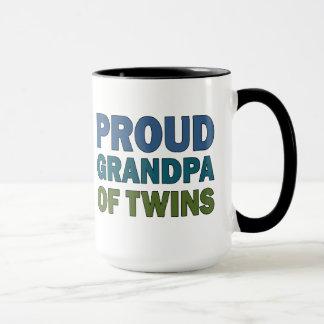Abuelo orgulloso de gemelos