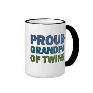 Abuelo orgulloso de gemelos tazas de café