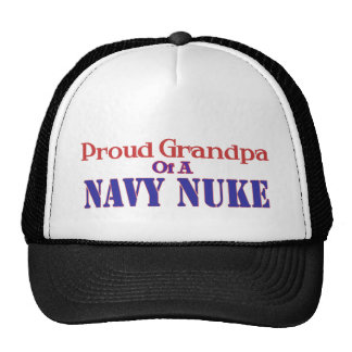 Abuelo orgulloso de un arma nuclear de la marina d gorro de camionero