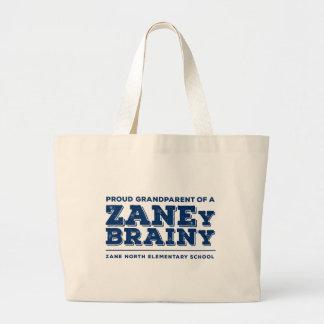 Abuelo orgulloso de un tote enorme inteligente de bolsas