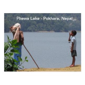Abuelo y nieto en el lago Phewa Postal