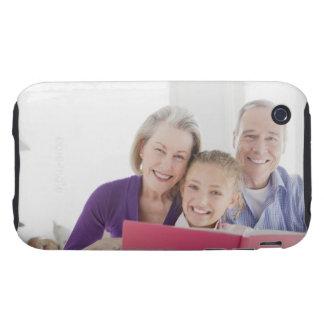 Abuelos sonrientes que leen el libro de cocina con carcasa resistente para iPhone