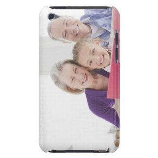 Abuelos sonrientes que leen el libro de cocina con iPod touch fundas