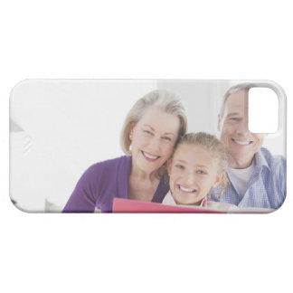 Abuelos sonrientes que leen el libro de cocina con funda para iPhone 5 barely there