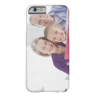 Abuelos sonrientes que leen el libro de cocina con funda barely there iPhone 6