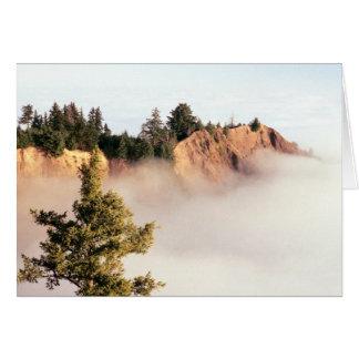 Acantilado de Kaluna en el océano de la nube Tarjeton
