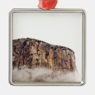 Acantilado escarpado que sube sobre las nubes ornamentos de reyes magos