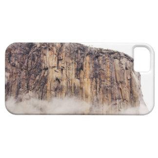 Acantilado escarpado que sube sobre las nubes iPhone 5 fundas