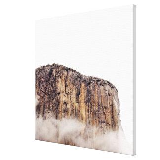 Acantilado escarpado que sube sobre las nubes impresion de lienzo