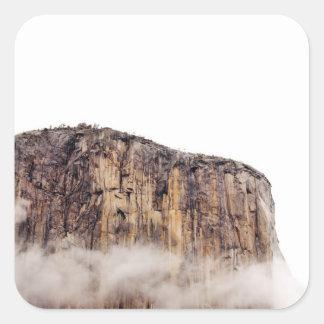 Acantilado escarpado que sube sobre las nubes calcomanías cuadradases