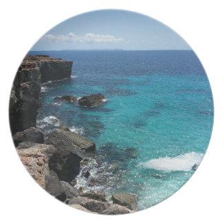 Acantilado hermoso y paisaje del océano platos de comidas