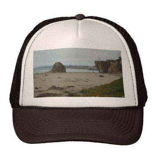 Acantilados a lo largo de la línea de la playa de  gorras