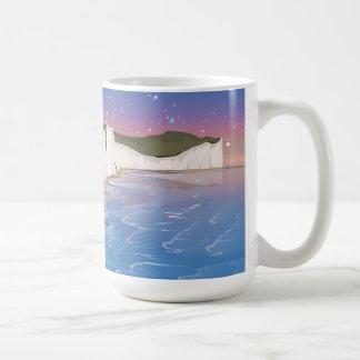 Acantilados de la puesta del sol por el océano taza clásica