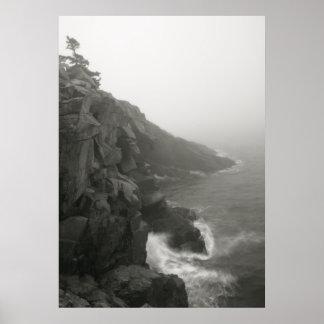 Acantilados del mar en la niebla blanca impresiones