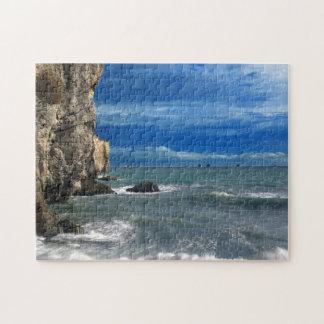 Acantilados rocosos hermosos y escena del océano rompecabeza con fotos