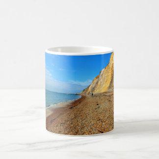 Acantilados y playa en la bahía del alumbre taza clásica