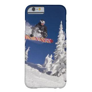 Acción de la snowboard en el centro turístico de funda de iPhone 6 slim