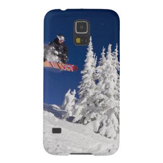 Acción de la snowboard en el centro turístico de funda para galaxy s5