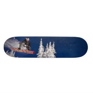 Acción de la snowboard en el centro turístico de m tablas de patinar