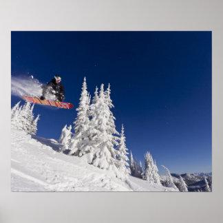 Acción de la snowboard en el centro turístico de m póster