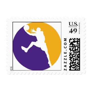 Acción púrpura y amarilla del baloncesto envio