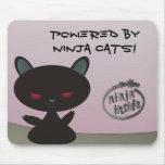 ¡Accionado por los gatos de Ninja dentro! Alfombrilla De Ratón