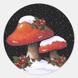 Acebo con las setas rojas, nieve del navidad pegatina redonda
