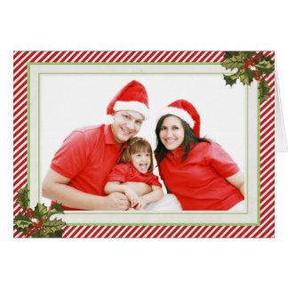 Acebo y rayas que doblan la tarjeta de Navidad